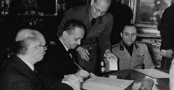 """Maďarský ministr zahraničí István Csáky čekal po rozpadu Československa, že se Slováci vrátí do """"maďarské vlasti"""". Na snímku podepisuje v roce 1940 tzv druhou vídeňskou arbitráž, která donutila Rumunsko k vydání poloviny Sedmihradska Maďarsku"""