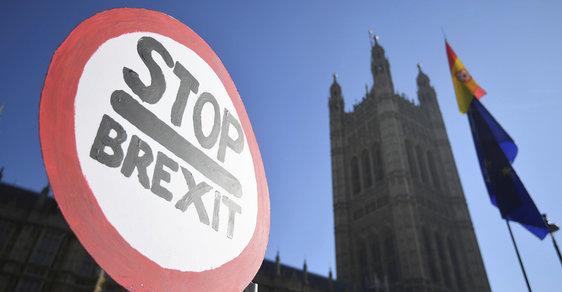 Britský parlament stále hledá řešení brexitu.