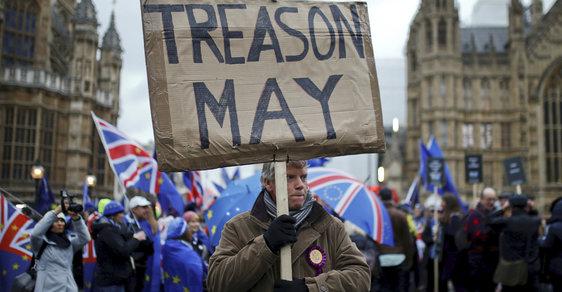 Demonstrace před britským parlamentem