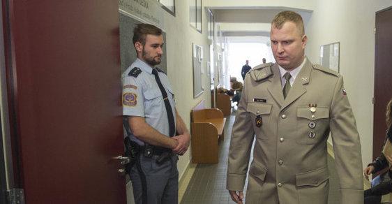 Erik Eštu, český voják, přichází k soudu. Je obžalován z válečného terorismu na Ukrajině.