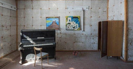 Ráj milovníků urbexu: V sovětské osadě na norských ostrovech najdete sochu Lenina i klavír Rudý říjen