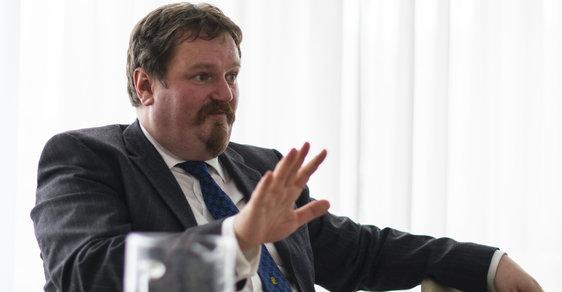 Ekonom Petr Bartoň říká, že zastavení obchodu po brexitu mezi Británií a Evropskou unií je nesmysl, nedovolují to pravidla WTO