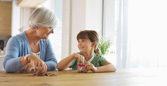 Měla by Čechům na důchody přispívat jejich vnoučata? Autor komentáře si myslí, že ano.