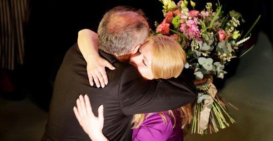 Muž předává žezlo ženě: Andrej Kiska gratuluje Zuzaně Čaputové.