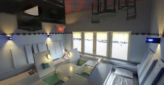V berlínském hotelu Propeller Island City Lodge můžete spát na stropě nebo ve vězeňské cele