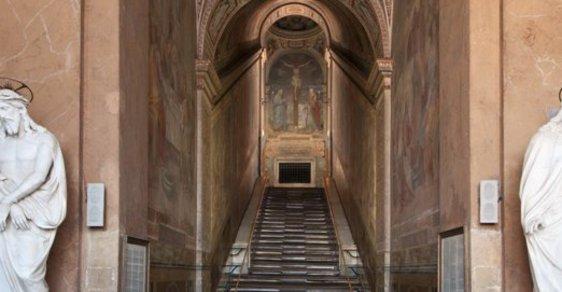 Ojedinělý zážitek: Lidé mohou po 300 letech na mramorové schody, po kterých stoupal zbičovaný Ježíš