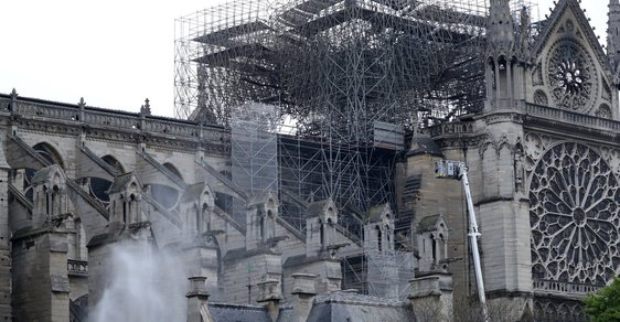 Pařížská katedrála Notre-Dame po požáru