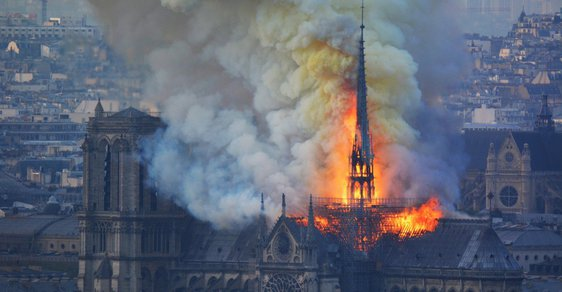 Miliardáři zachraňují Notre-Dame. Francouzští boháči již na opravu chrámu darovali přes 15 miliard korun