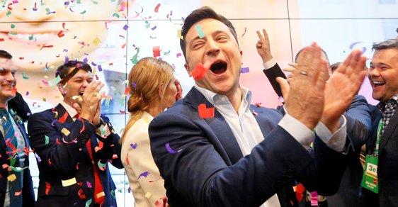 Nový ukrajinský prezident Volodymyr Zelenskyj slaví.