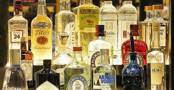 Pokud už chcete při alergických záchvatech pít alkohol, tak radši sáhněte po bílých destilátech.