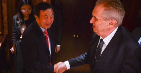 Prezident Miloš Zeman na jednání s šéfem firmy Huawei v Číně.