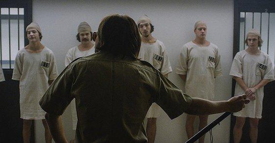 Z filmové adaptace Stanfordského experimentu (film The Stanford Prison Experiment z roku 2015).