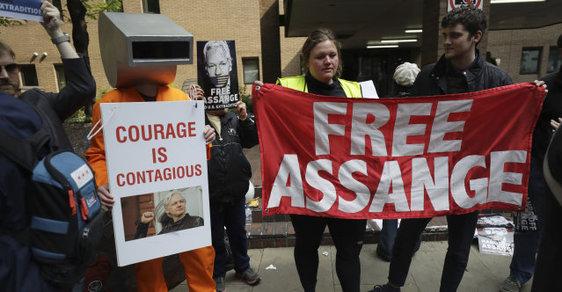 Zakladatel WikiLeaks Julian Assange půjde do vězení, podle soudu porušil podmínky kauce
