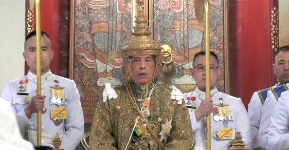 Izolace snů. Thajský král tráví epidemii v luxusním alpském hotelu s 20členným harémem