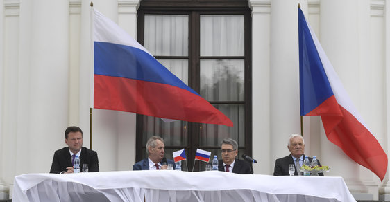 Prezident Miloš Zeman usedl na ruské ambasádě vedle Radka Vondráčka, ruského velvyslance a exprezidenta Václava Klause.
