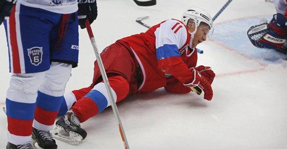 Putin si opět hrál na hokejistu, proměnil se ve stroj na skórování. Ale také spadl, když mával divákům