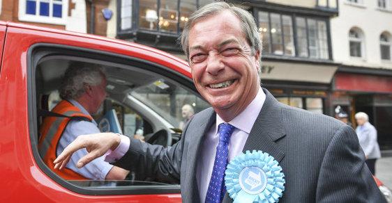 Zombie volby: Britové hlasují v nejpodivnějších volbách své historie. Radovat se bude euroskeptik Farage
