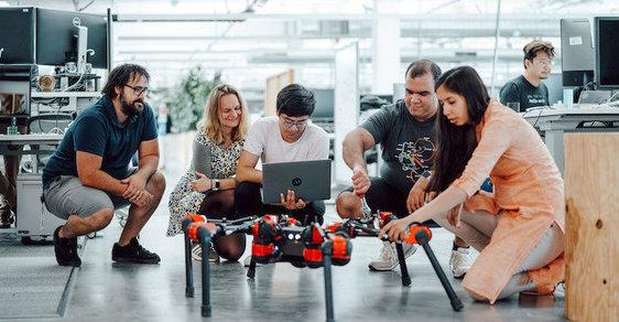 Facebook chce, aby byli jeho roboti zvědaví a učili se z vlastních zkušeností