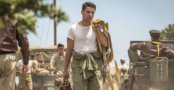 Poručík amerického letectva John Yossarian (Christopher Abbott)