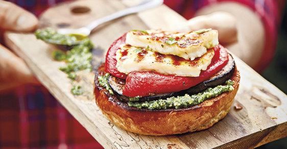 Vegetariánský burger se nutně nemusí snažit podobat tomu zmasa, apřitom může chutnat úplně skvěle. Třeba jako tenhle shalloumi, pečenými paprikami, lilkem apestem.