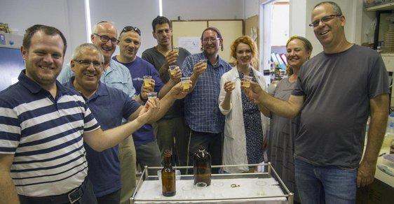 Tým izraelských vědců ochutnává své prehistorické pivo.