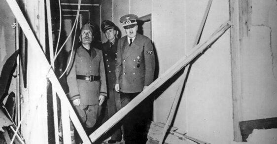 Adolf Hitler ukazuje Benitu Mussolinimu stav místnosti, kde měl být zabit pomocí bomby