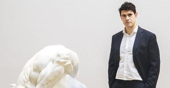 Sochař Athar Jaber na výstavě A Cool Breeze v Galerii Rudolfinum, která se věnuje novým možnostem prostorového zobrazování figury v současném umění v souboru děl sedmnácti mezinárodně uznávaných umělců