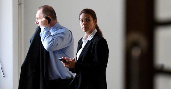 Manželé Kottovi, kteří si s Rathem předávali úplatky, nastoupili do vězení