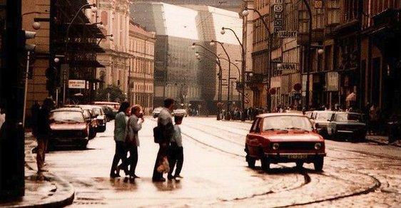 Socialistická Praha bez turistů a barev. Podívejte se na vzácné snímky ztraceného historického centra
