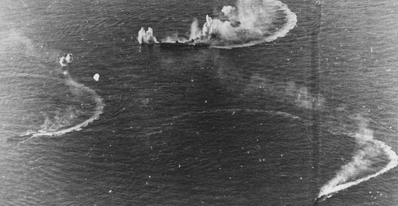 Bitva ve Filipínském moři: Japonská letadlová loď Zuikaku a dva torpédoborce během náletu 20. června