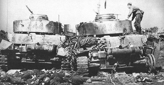 Dva zničené německé tanky v červnu 1944 během sovětské operace Bagration