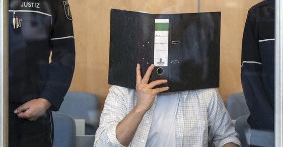 Obviněný Siefem Alláhem H. u soudu.