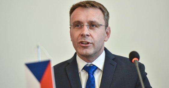 Ministr dopravy Vladimír Kremlík říká, že nulová sazba mýta na silnicích prvních tříd je nereálná, protože by zpochybnila tendr na mýto