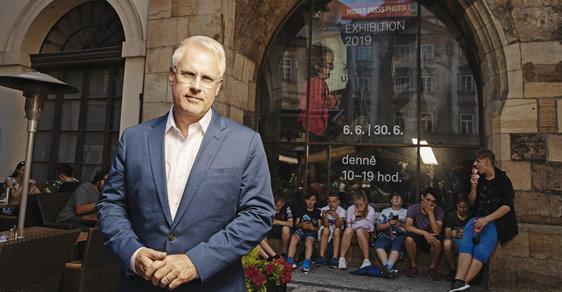 John Moore zve na výstavu World Press Photo, která probíhá v pražské Staroměstské radnici.