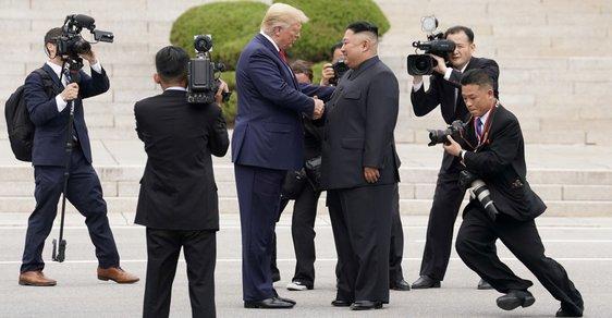 Donald Trump a Kim Čong-un se setkali v demilitarizované zóně mezi KLDR a Jižní Koreou (30.6.2019)