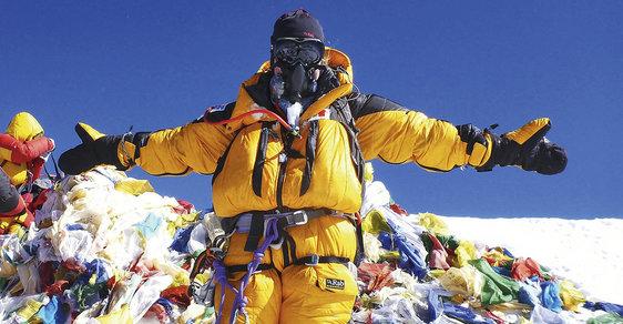 """Mount Everest: Nejvyšší hora světa trpí pod náporem masové """"ego-turistiky"""" a nadbytkem odpadků"""