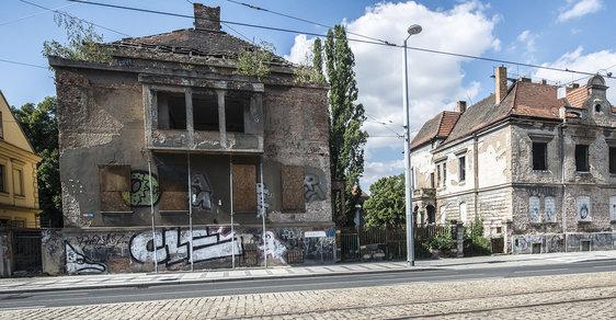 Chátrající ruiny hyzdící tvář Prahy: Někteří majitelé čekají na to, až jejich slavné domy spadnou