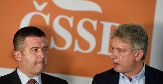Předseda strany ČSSD Jan Hamáček a statutární místopředseda sociálních demokratů Roman Onderka během tiskové konference po jednání předsednictva ČSSD (15. 7. 2019)