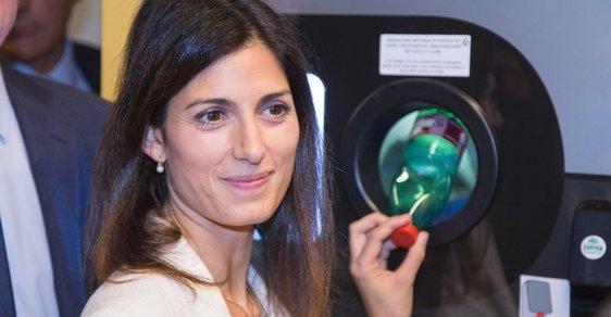 Starostka Říma Virginia Raggiová testuje automaty, které mění PET láhve za jízdenky na městskou hromadnou dopravu.