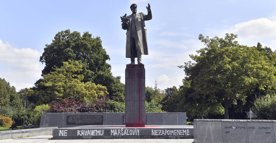 """Moskva protestuje proti """"zhanobení"""" pomníku Koněva v Praze. Přesune se socha na ruskou ambasádu?"""