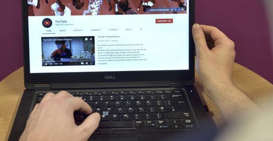 Mocné zbraně dnešních informačních konfliktů se jmenují internet, sociální sítě, e-mail, mobil, tablet a počítač.