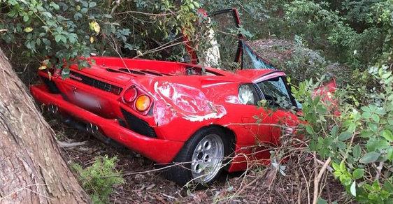 Majitel zničil své zbrusu nové Lamborghini za 8 milionů. Při jeho vyprošťování hystericky vyváděl