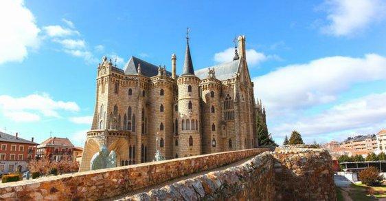 Biskupský palác, v němž biskupové nikdy nesídlili. To je honosná Gaudího stavba ve španělské Astorze