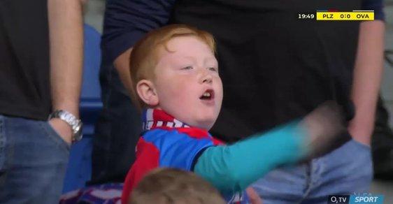 Jste jedničky! Malý fanoušek ukázal fotbalistům, co si o nich myslí. Jeho video baví lidi na internetu