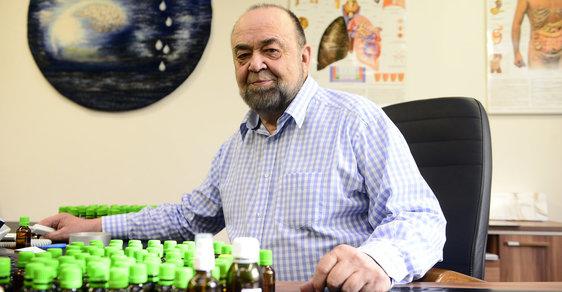 Doktor Jonáš, studovaný léčitel. Neví sice, jak jeho přístroje fungují, ale peníze se mu sypou