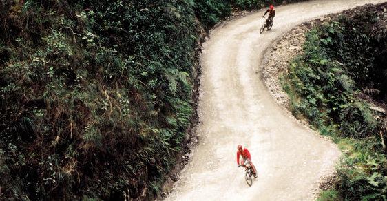 Brzdi, jsi na Cestě smrti aneb Adrenalinový sjezd nejnebezpečnější silnice světa na horském kole