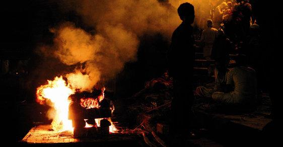 Fotoreportáž z Nepálu: Tělo patří ohni, duše zase vodě aneb Spalování zesnulých v Káthmándú