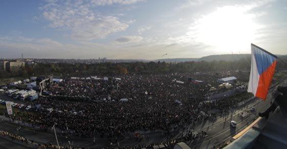 Jak se plnila Letná 2: Podívejte se na unikátní časosběr, který zachycuje příchod 300 tisíc lidí na demonstraci