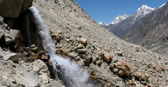 Gómukh neboli Kravská tlama. Tak se nazývá pramen posvátné řeky Gangy v garhwálském Himálaji