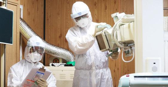 Australská laboratoř pěstuje koronavirus. Chce zjistit, jak moc je nebezpečný pro člověka